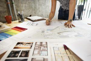 Innenarchitektin bei der Planung