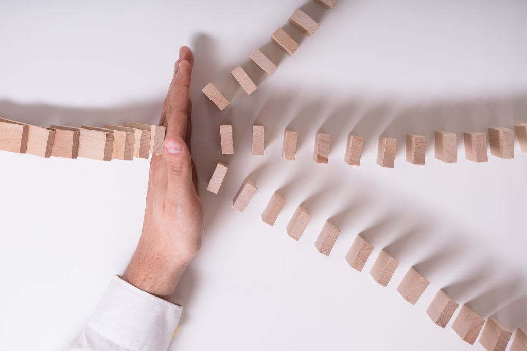 Hand - Stopp des Dominoeffekts, Risiko absichern